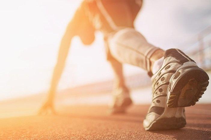 Piedi del corridore dell'atleta che funzionano sul primo piano del tapis roulant sulla scarpa